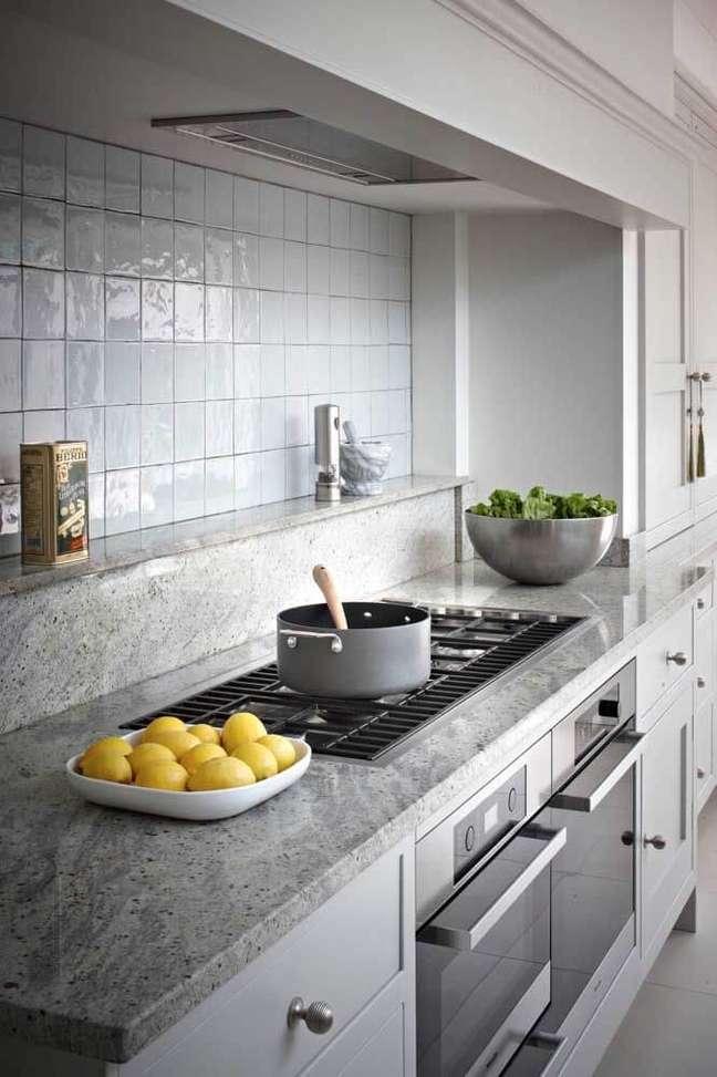 10. Granito cinza com armários brancos para cozinha moderna – Foto Brayer Design