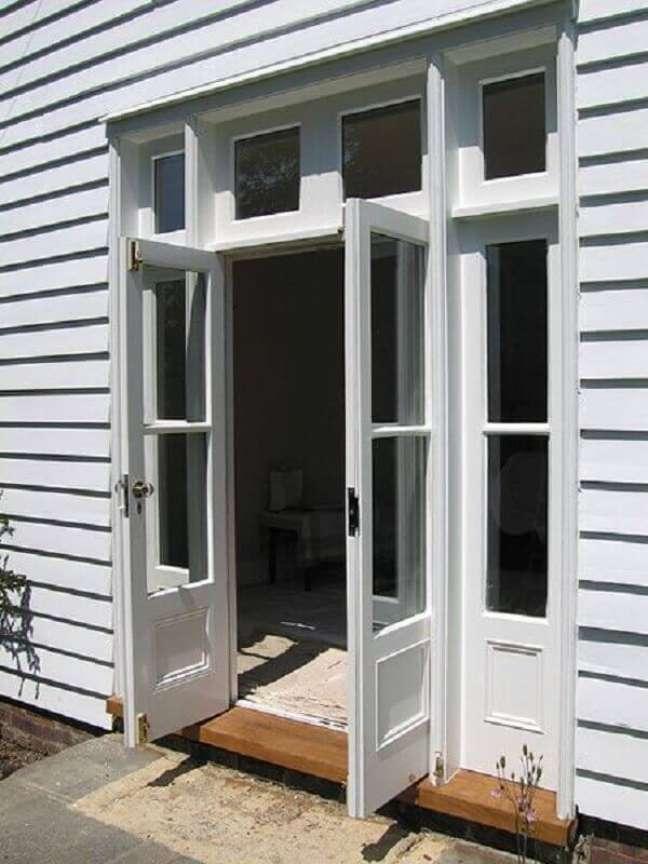 4. As portas e janelas brancas conferem muita elegância ao imóvel. – Foto: Revista VD