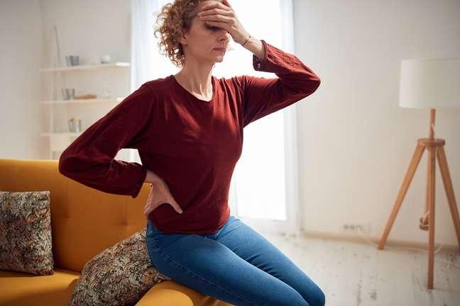 Dores de cabeça, na lombar, costas e articulações são algumas das mais comuns