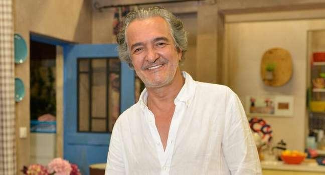 Rogério Samora em cenário de 'Nazaré', novela portuguesa no ar na Band
