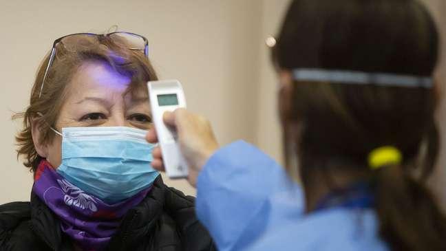 Não é porque a pessoa está sem febre que ela não está com infectada com o coronavírus