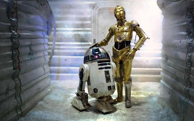 Um é um robô, o outro se estiver parado você vai procurar o pedal pra abrir a tampa e jogar o lixo.