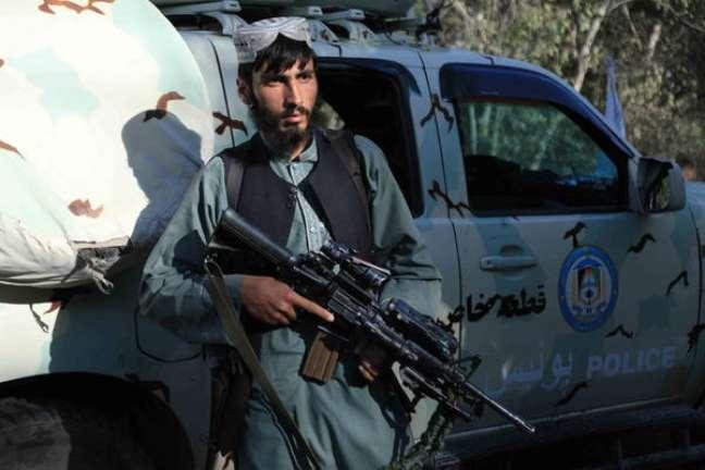 Soldado do Talibã em posto de controle em Herat, no Afeganistão