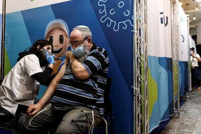 Vacinação em Jerusalém 15/08/2021 REUTERS/ Ronen Zvulun