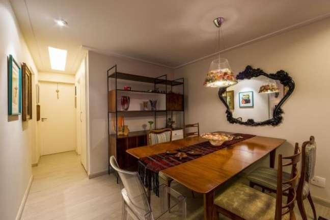 56. Sala de jantar com móveis vintage e espelho – Foto Enzo Sobocinski