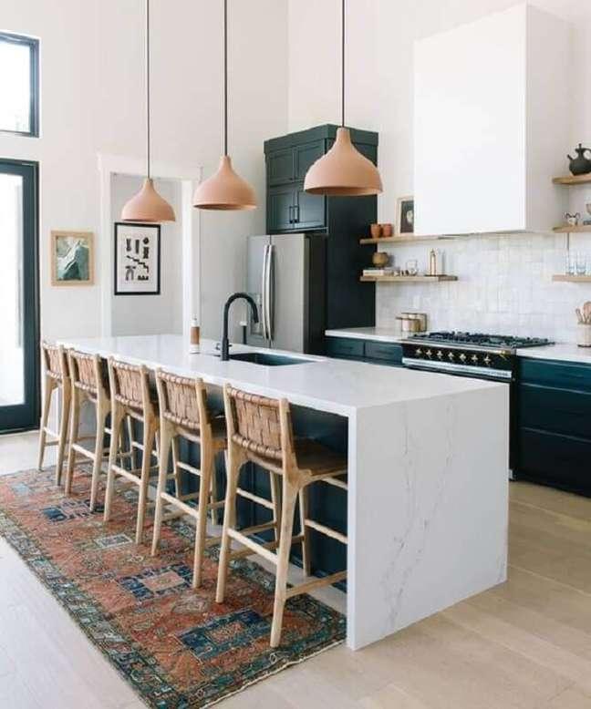 1. Banqueta de madeira para decoração de cozinha aberta com ilha branca e preta – Foto: Loom + Kiln