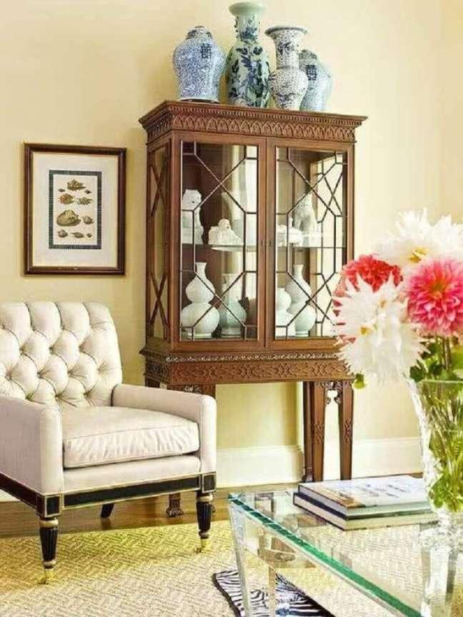 16. Decoração com móveis vintage para sala de estar com cristaleira e poltrona – Foto shophr