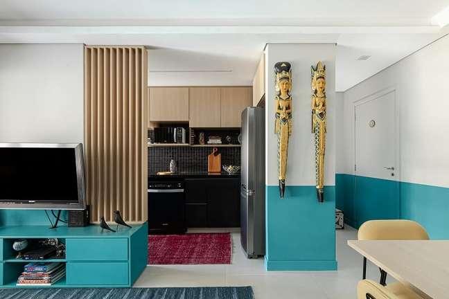 3. O painel ripado colorido alongou o pé-direito da sala e criou uma textura incrível. Foto: Gisele Rampazzo