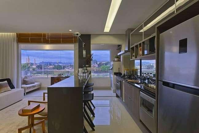 47. Decoração moderna em tons de cinza para cozinha aberta com sala de apartamento integrada – Foto: Renata Basques