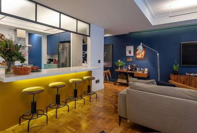 20. Banquetas de couro para decoração de cozinha aberta com sala de TV – Foto: Batistelli Arquitetura e Design
