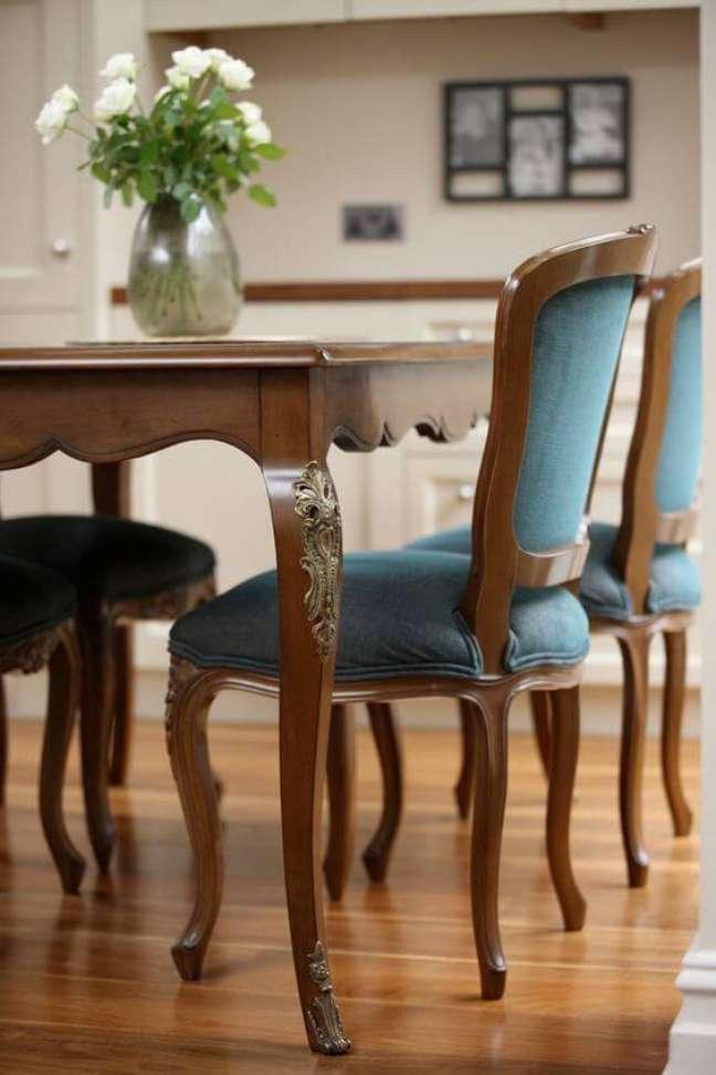 8. Decoração com móveis vintage e mesa provençal com cadeira azul de madeira – Foto Oficina Inglesa