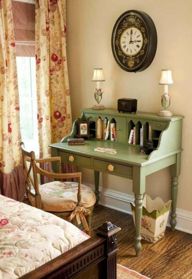 28. Móveis vintage com escrivaninha verde e cadeira de madeira -Foto Iaza Moveis