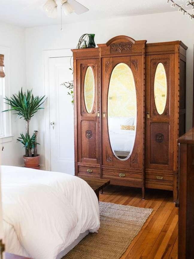 7. Quarto com móveis vintage e guarda roupa espelhado – Foto Jessica Brighan
