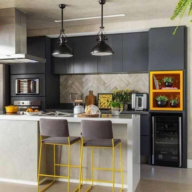 3. Decoração de cozinha aberta cinza e amarela com luminária industrial – Foto: SP Estúdio