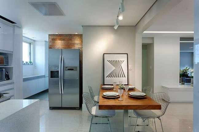 55. Mesa de madeira para decoração de cozinha aberta com sala de jantar – Foto: Maria Laura Coelho