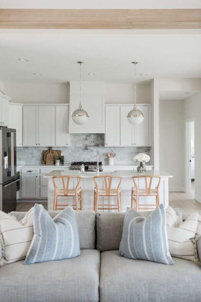 30. Decoração clean com banqueta de madeira para cozinha aberta com sala branca – Foto: Oakstone Homes