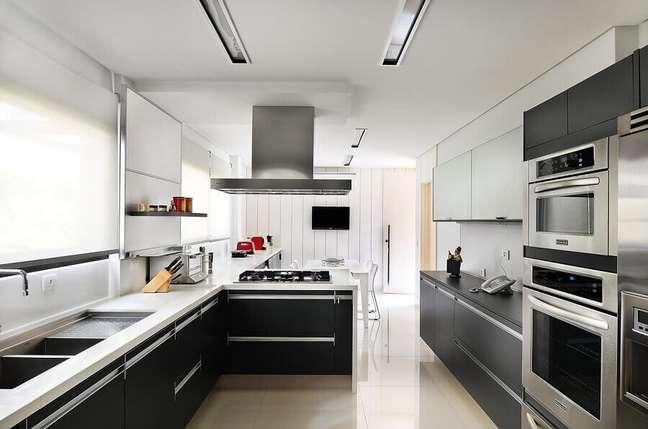 56. Móveis planejados para decoração de cozinha aberta moderna – Foto: Ornare