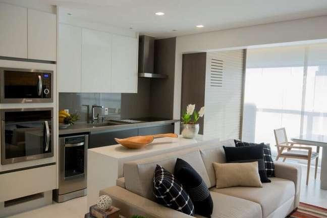 35. Decoração com móveis claros para cozinha aberta com sala de apartamento – Foto: Bordin & Soares