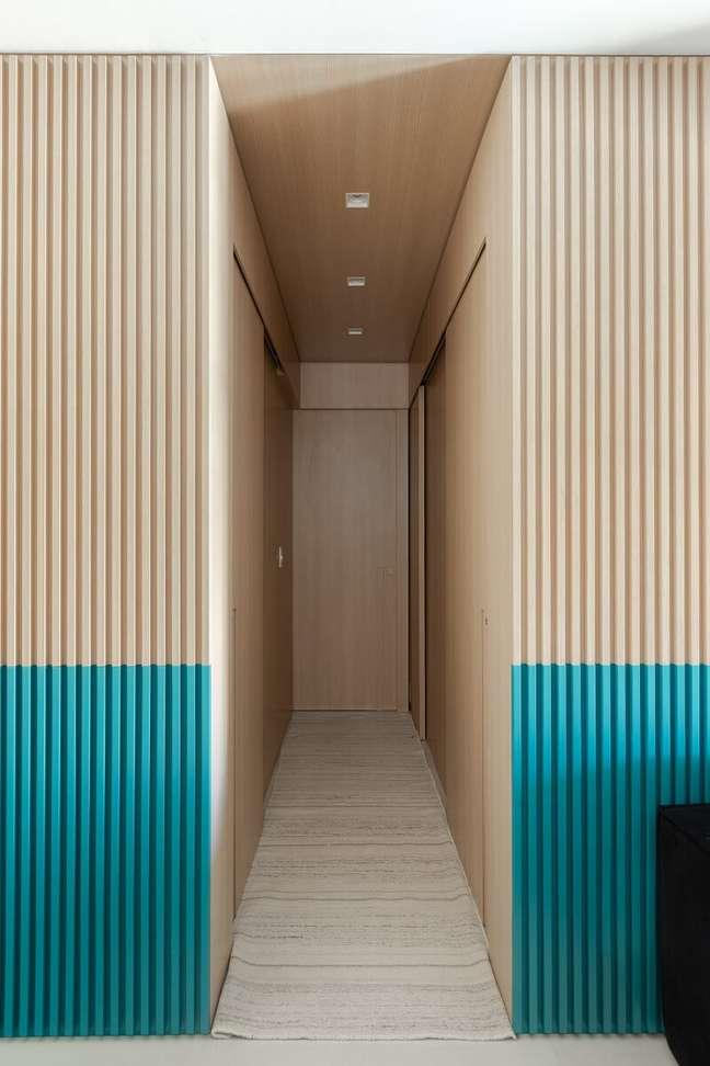 8. O painel ripado é dividido em duas cores: madeira clara e azul. Foto: Gisele Rampazzo