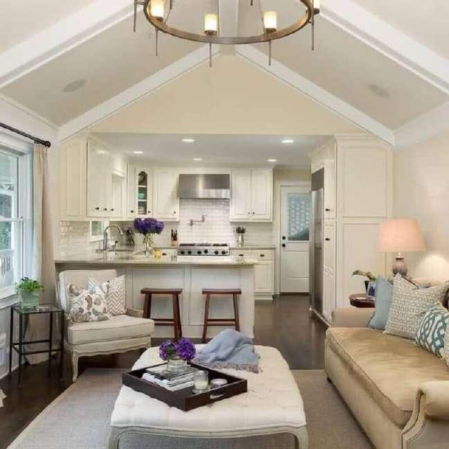 28. Decoração clássica em cores claras para cozinha aberta com sala de estar – Foto: Anna Braund
