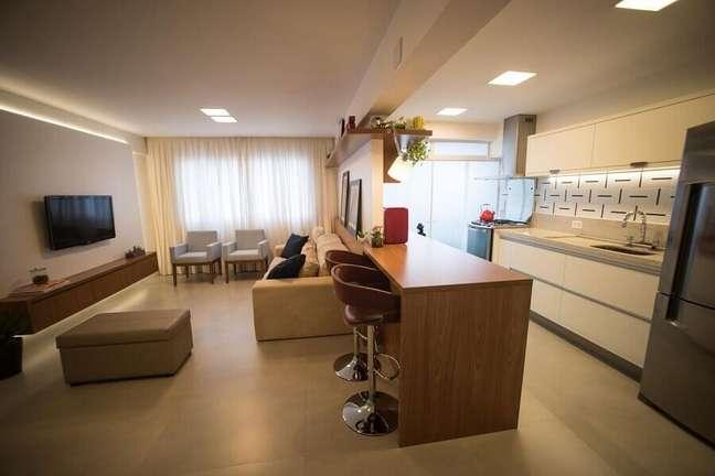 4. Bancada de madeira para decoração de cozinha aberta com sala de TV – Foto: Tria Arquitetura