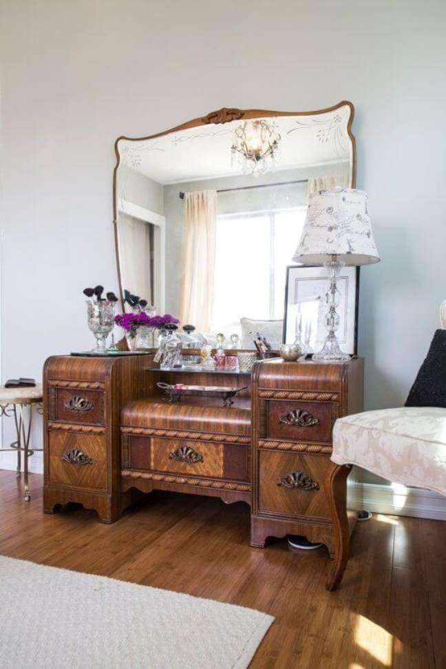 2. Móveis vintage de madeira grande com espelho e moldura detalhada – Foto Apartment Therapy