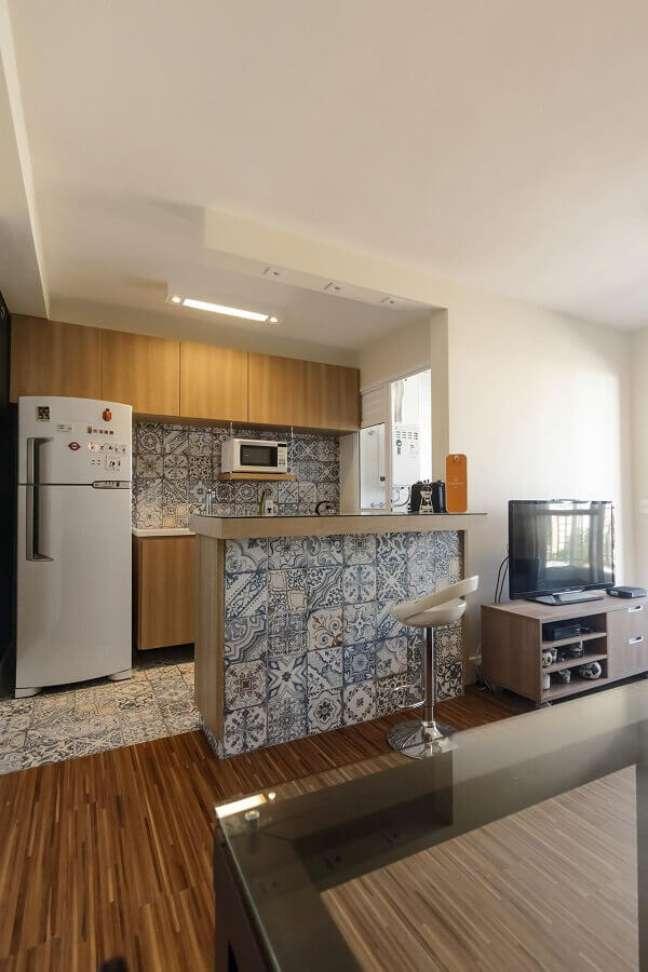 50. Decoração simples com ladrilho hidráulico para cozinha aberta com sala – Foto: Fernanda Duarte