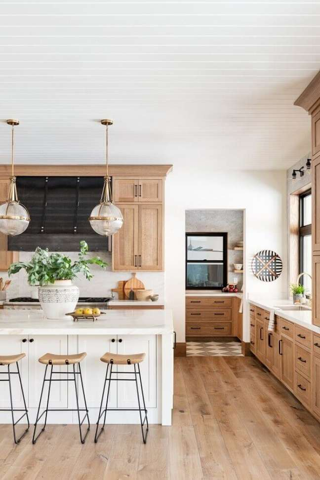 8. Luminária redonda para decoração de cozinha aberta com ilha – Foto: Studio McGee