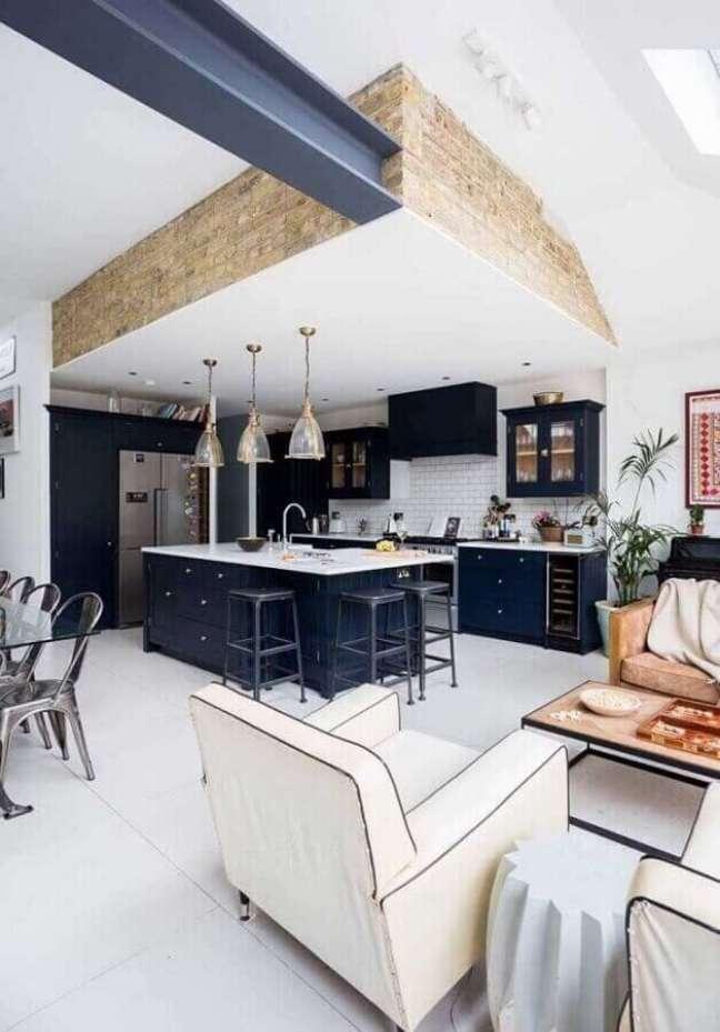 22. Casa conceito aberto decorada com cozinha aberta azul e branca – Foto: Home Fashion Trend