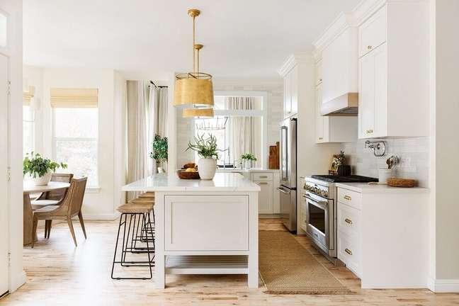 41. Decoração em cores claras com armários clássicos para cozinha aberta com ilha – Foto: Studio McGee
