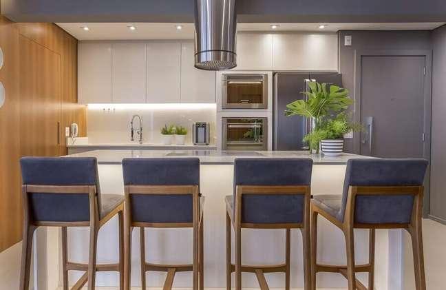 18. Banqueta estofada para decoração de cozinha aberta com ilha – Foto: Altera Arquitetura