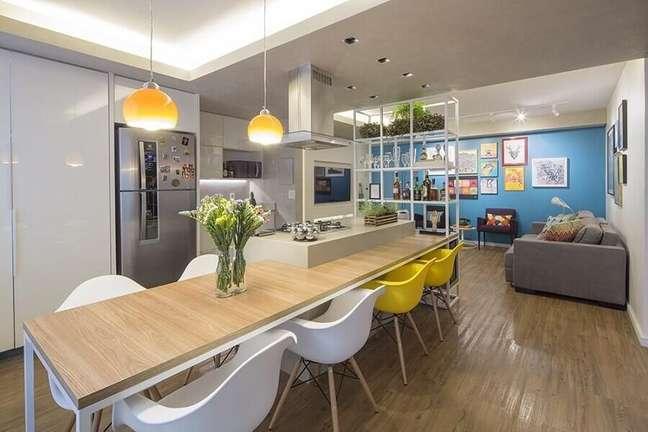 21. Cadeira eames para decoração de cozinha aberta com sala – Foto: Clarice Semerene