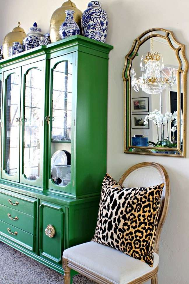 54. Sala colorida com móveis vintage na cor verde – Foto DimpleS and Tangles