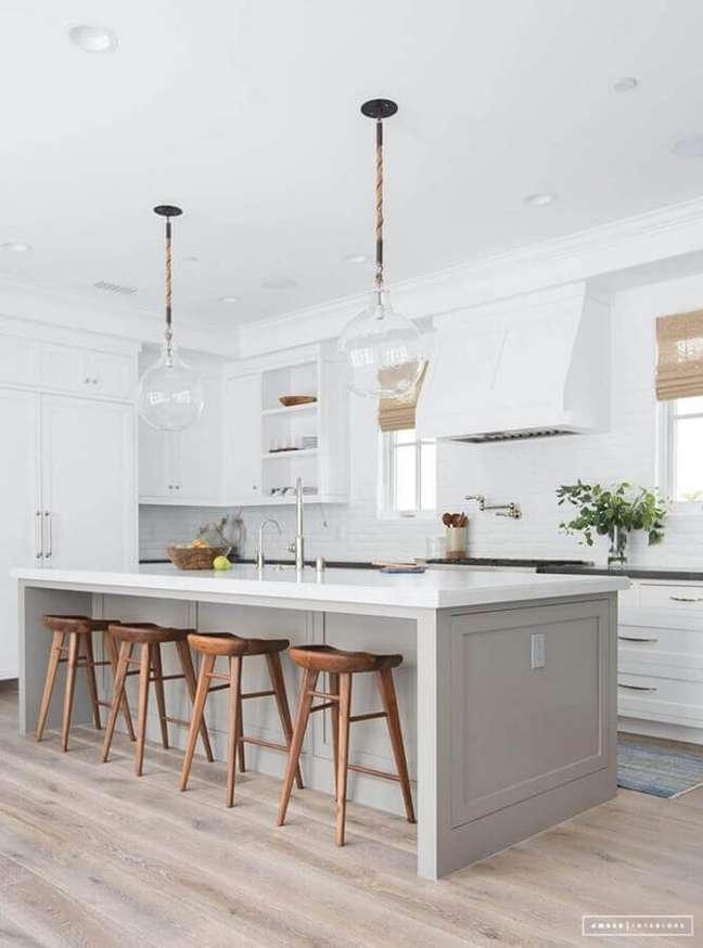 54. Luminária de vidro para decoração de cozinha aberta com ilha – Foto: Amber Interiors