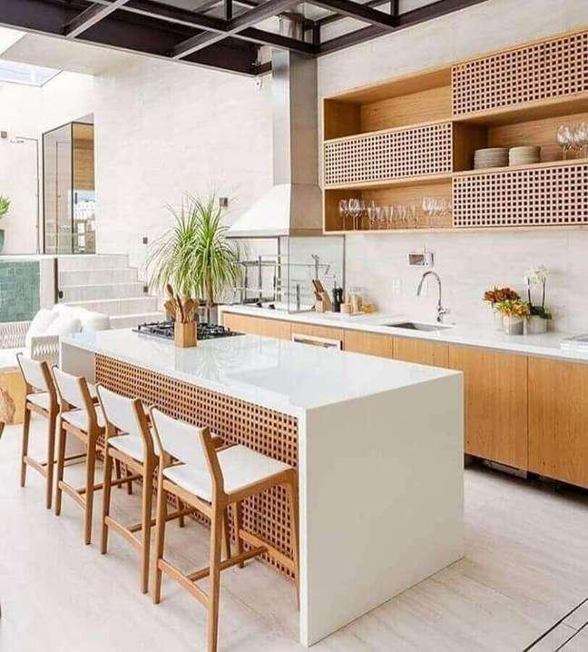 12. Armários de madeira para decoração de cozinha aberta com ilha branca – Foto: Planete Femmes