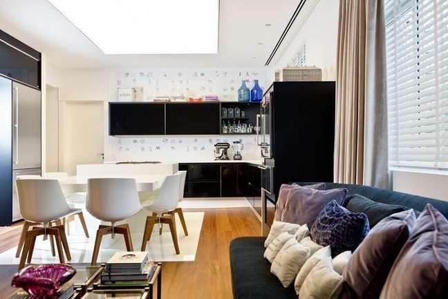 11. Armário preto para decoração de cozinha aberta com sala – Foto: Zize Zink Arquitetura