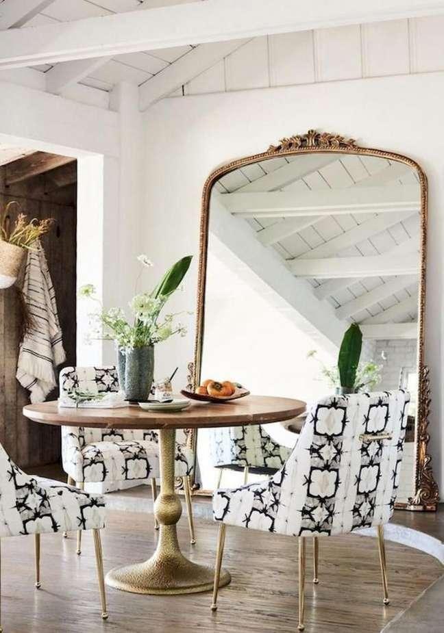 39. Móveis vintage para sala de jantar com espelho de chão – Foto Catálogo Anthropologie