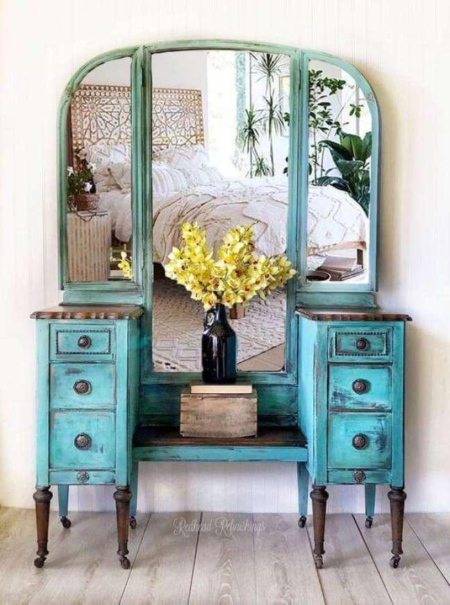 47. Quarto com móveis vintage e penteadeira na cor azul – Foto Etsy