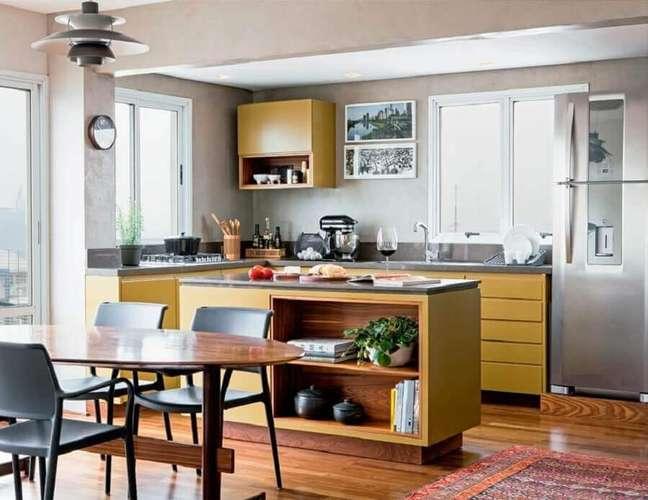 24. Cor ocre para decoração de cozinha aberta com ilha – Foto: Alexandre Zanini