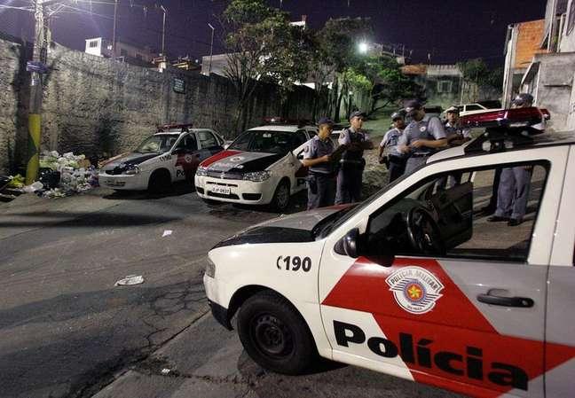 Viaturas da Polícia Militar em Sao Paulo 08/08/2006 REUTERS/Caetano Barreira