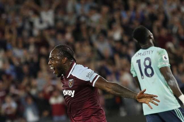 Michail Antonio comemora após marcar o seu segundo gol na vitória do West Ham