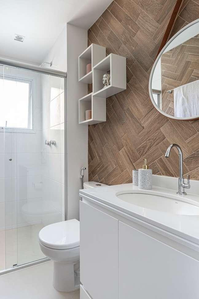 11. Gabinete de banheiro branco e espelho adnet complementam o décor. Foto: Gisele Rampazzo