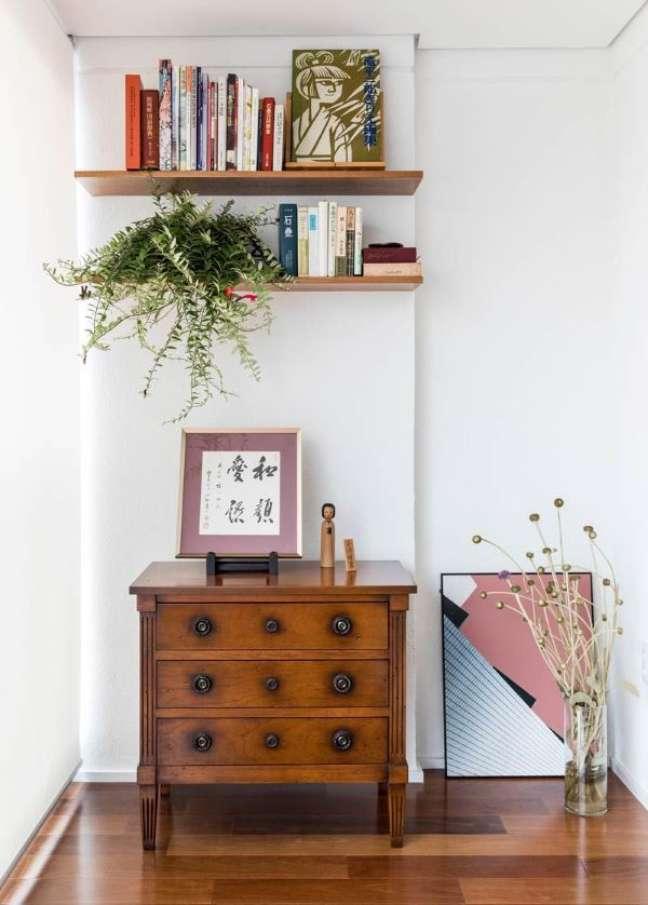 57. Sala decorada com móveis vintage de madeira e prateleira decorada com plantas – Foto Ina arquitetura