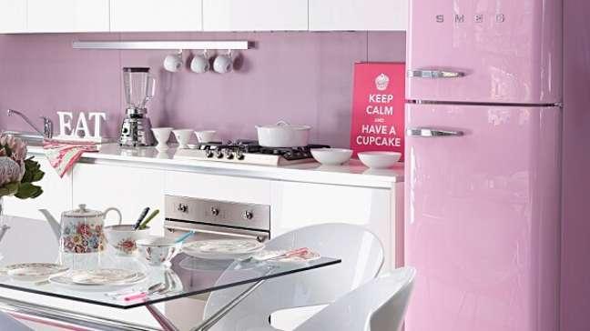 10. Cozinha com decoração de moveis vintage e geladeira cor de rosa – Foto Depto51