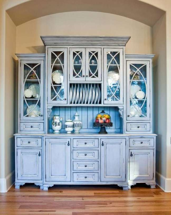 31. Móveis vintage na cor azul para sala de jantar – Foto Hostetler Custom Cabinetry