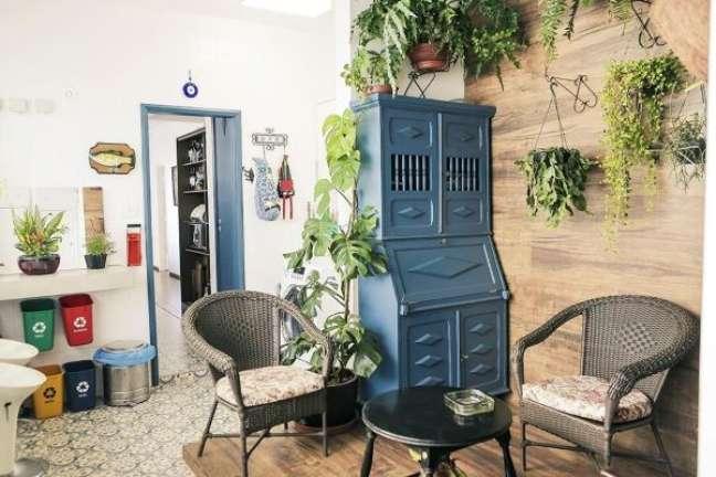 38. Móveis vintage para sala de estar com plantas suspensas – Foto Casa Aberta