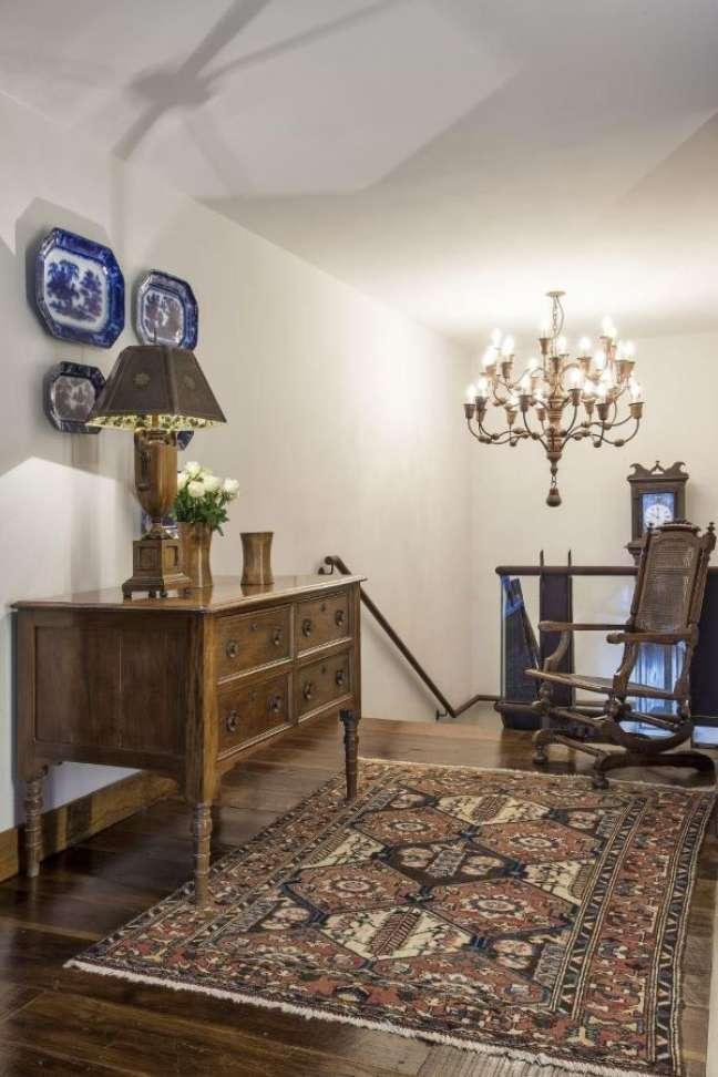 13. Decoração com móveis vintage de madeira – Projeto Gislene Lopes