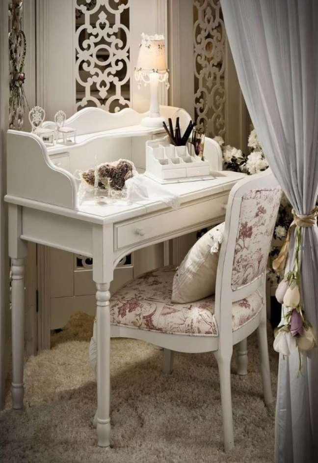 32. Móveis vintage na cor branca com espelho de mesa e cadeira com estampa floral – Foto Espaço Provence