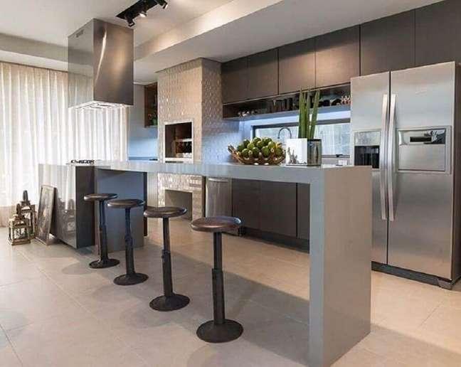 19. Banqueta preta para decoração de cozinha aberta com ilha planejada – Foto: Ana Mahler