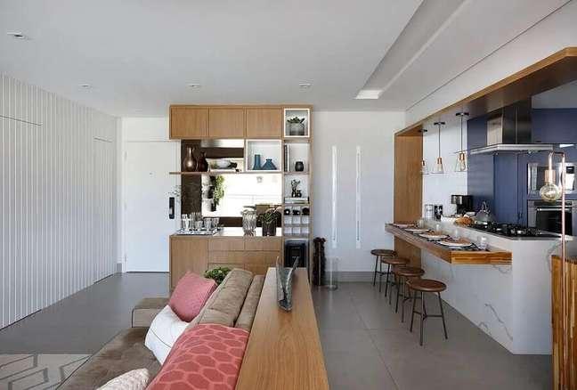 40. Decoração de sala integrada com cozinha aberta com ilha de mármore e bancada de madeira – Foto: Bianchi e Lima Arquitetura